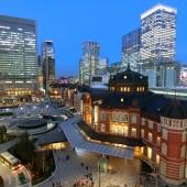 東京駅丸の内駅前広場と駅舎の夜景