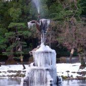 「鶴の噴水(日比谷公園)」の「つらら」