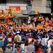 神田神保町交差点を埋め尽くす 三崎稲荷神社の氏子御輿
