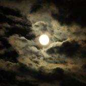 雲間の 満月